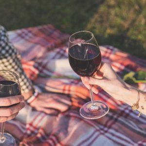 Как вывести пятно от красного вина на одежде. 10 простых советов