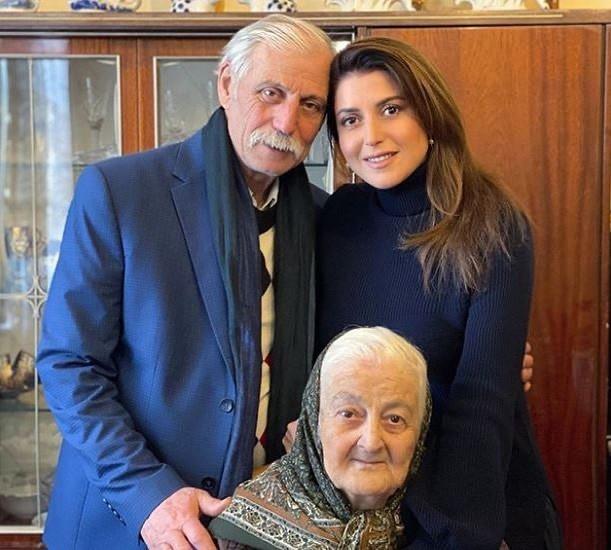 Отец певицы умер вслед за ее бабушкой