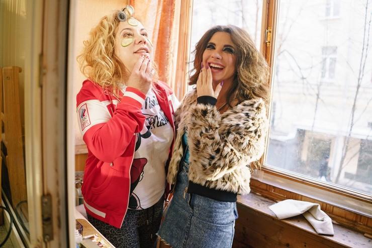 Актриса снялась в мини-сериале с Анной Плетневой, а та в свою очередь помогла ей в вопросах вокала
