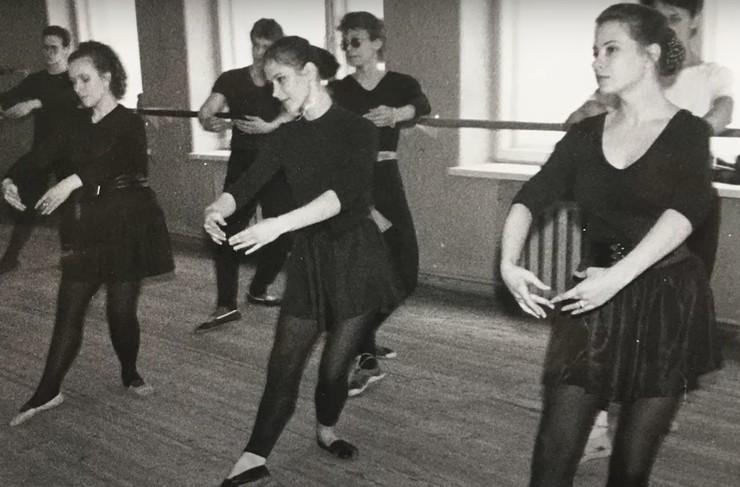 Актриса на занятиях по танцам
