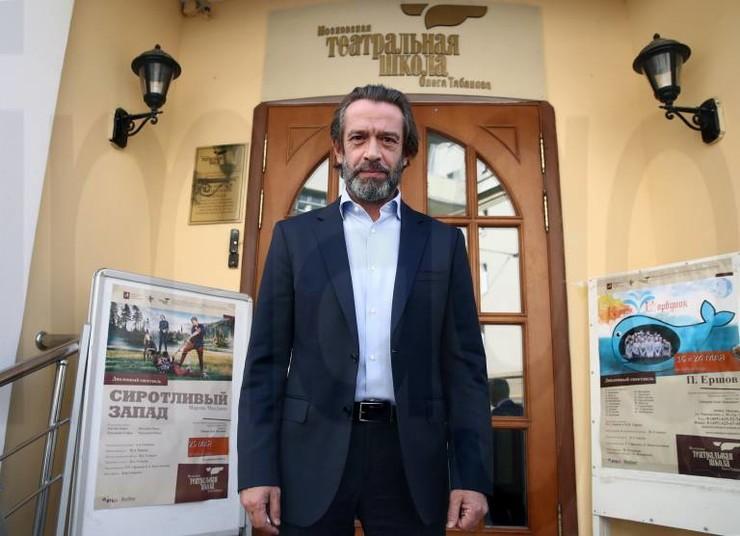 Актер сделал блестящую карьеру, превратившись из никому неизвестного новичка в легенду российского кино