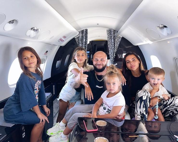 Сам рэпер воспитывает четверых детей