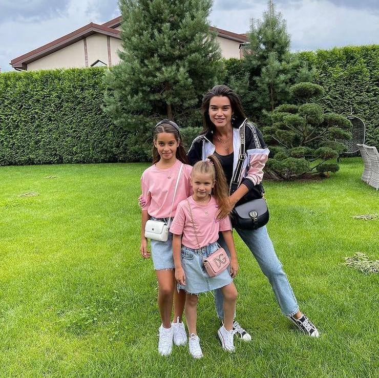 Ксения Бородина воспитывает дочерей Марусю и Теону, которые родились от разных отцов