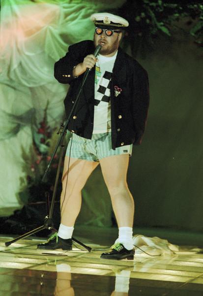 Для концертных выступлений Сергей выбирал эксцентричные наряды