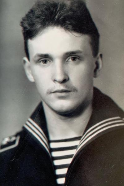 В юности Виктор влюбился в море, а добившись успеха, приобрел несколько теплоходов