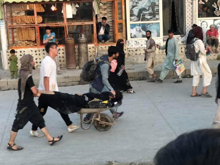 Очевидцы пытаются помочь раненым