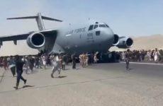 «Летели за жизнью»: страшные кадры из Кабула, на которых люди цепляются за самолет