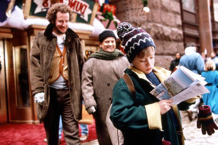Годом раньше во Франции вышел триллер «3615 код Деда Мороза», повествовавший о том, как мальчик оборонял дом от Санты-социопата, так что Хьюза обвинили в плагиате