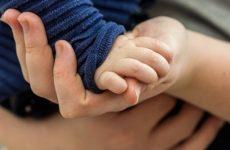 Мать привязала грудного сына к люльке и ушла на пьянку. Малыш погиб