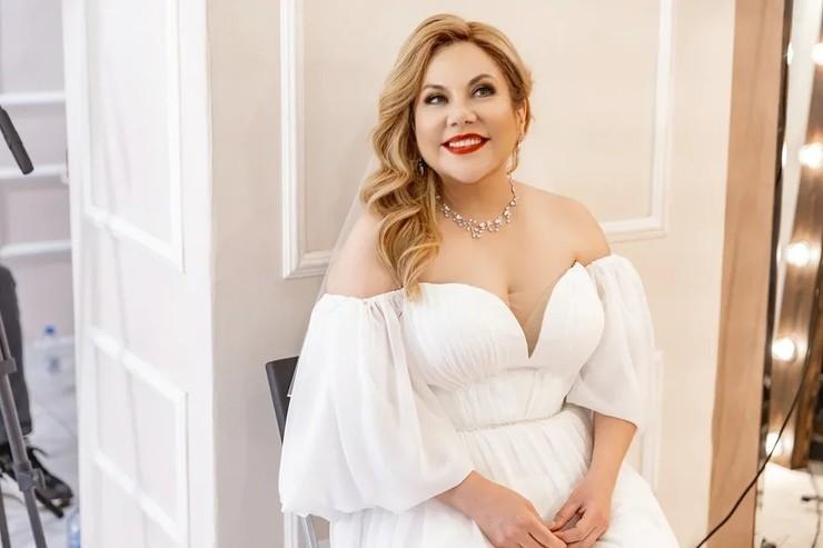 Для торжества звезда выбрала роскошное белое платье с декольте