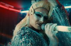 Максим Матвеев переоделся в женщину в клипе на кавер песни группы «Гости из будущего»