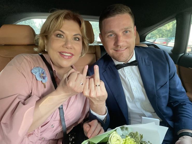 Влюбленные поженились в июне
