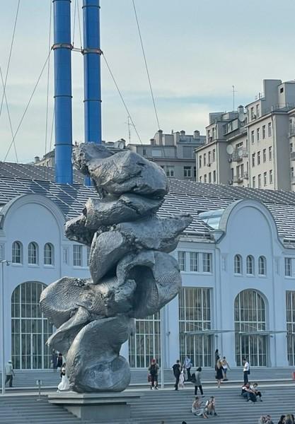 Скульптура вызвала споры в Сети