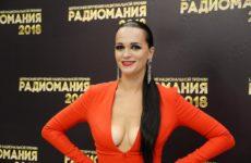 «Надо тряхнуть стариной»: певица Слава похвасталась подтянутой грудью в полупрозрачной ночнушке