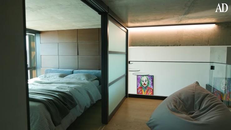 А так выглядит спальня в квартире артиста