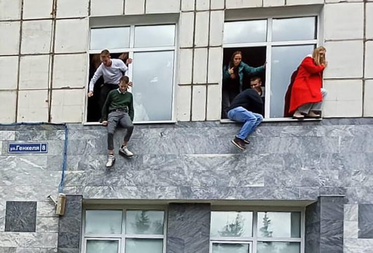 Студенты спасались, прыгая из окон