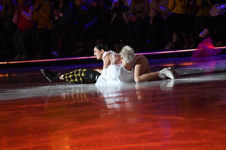 Вместе с партнершей блогер жестко рухнул на лед
