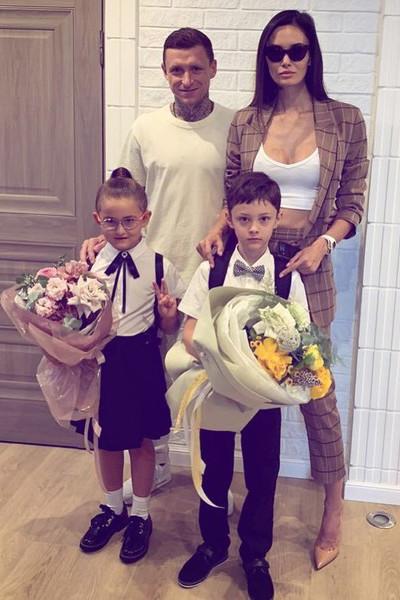 Футболист так и не оформил усыновление Алекса официально, а перед разводом заявил, что у него только один ребенок, Алиса
