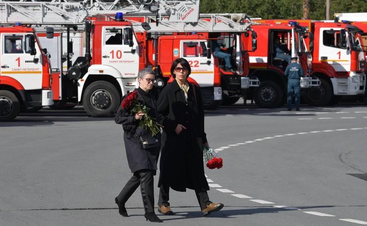 На похороны пришли и родные, и знакомые главы МЧС России