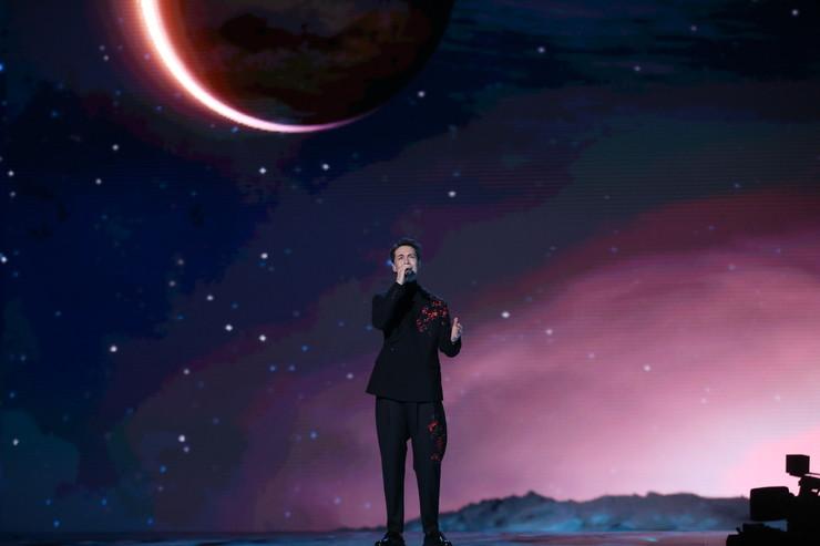 Вокал Тишмана дополнили композиции дополненной реальности, которые перенесли зрителей в другую Галактику