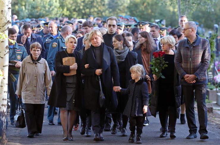 Новости: Главу МЧС России Евгения Зиничева похоронили в Санкт-Петербурге рядом с родителями – фото №10