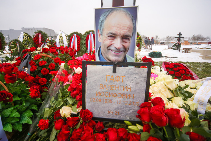 Артиста похоронили на Троекуровском кладбище