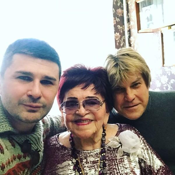 Старший сын Барыкина Георгий, давние друзья артиста и коллеги по цеху периодически навещали маму певца
