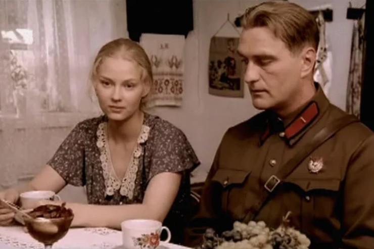 Зрители имеют возможность понаблюдать за жизнью простых людей в разные эпохи СССР