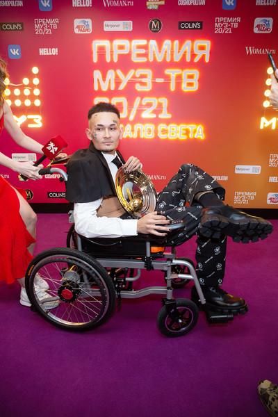 Алишер, а именно так на самом деле зовут Моргенштерна, приехал на церемонию в инвалидном кресле. Позднее он подарил коляску 15-летнему подростку Тимуру Андрюшину из Новосибирска, которому поставили диагноз «спинальная мышечная атрофия»