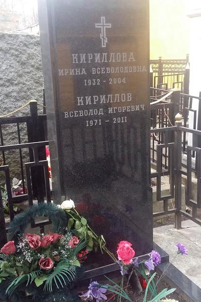 Ведущий регулярно ездит на кладбище и поминает умерших родственников