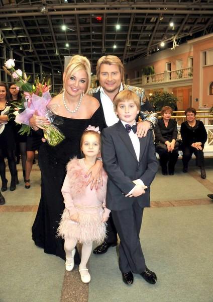 Последние годы певица почти не имеет возможности общаться с Ильей и Людмилой. Раньше она часто брала детей на свои концерты и другие мероприятия