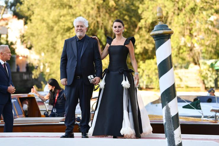 Актриса много лет дружит с режиссером Педро Альмодоваром