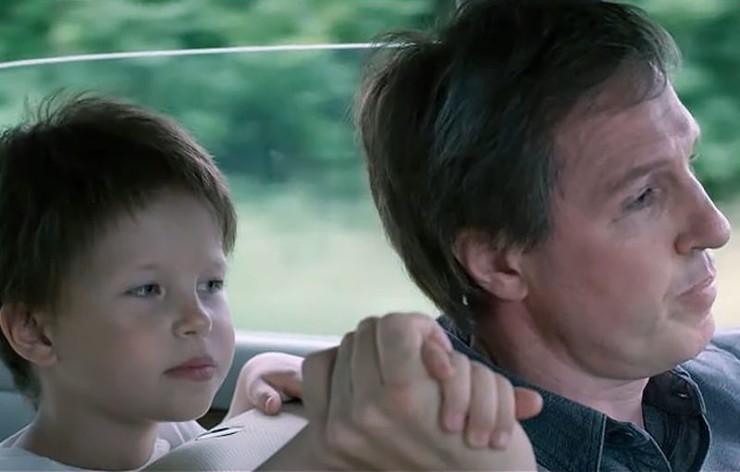 «Когда началась премьера, она вцепилась мне в руку и сидела так на протяжении всего фильма, — рассказывала Юля о поведении Маши на премьере «Цоя». — Я чуть не плакала, потому что понимала: у нее там внутри такое происходит переживание. Не детское: «Ой, клево! Меня на экране сейчас покажут». Она была напряжена. И только когда пошли титры, выдохнула»