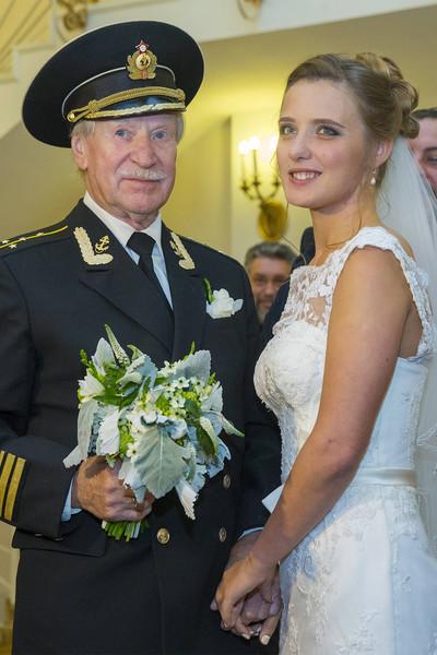 На свадьбу актер надел форму, заявив, что рядом с молодой невестой чувствует себя, как во времена службы на флоте