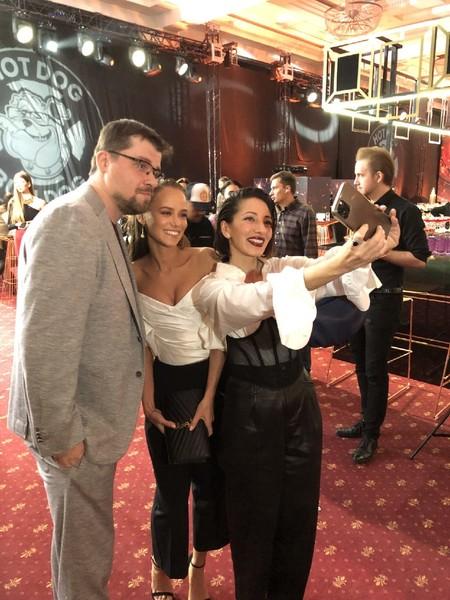 Актеры фотографировались с гостями мероприятия