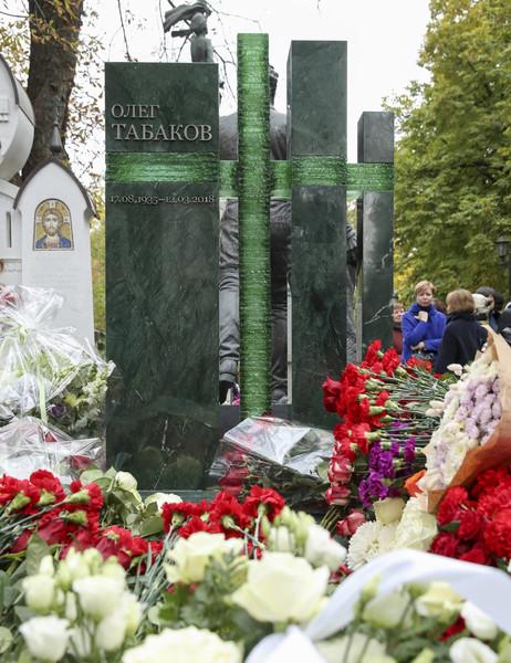 Могила артиста усыпана цветами