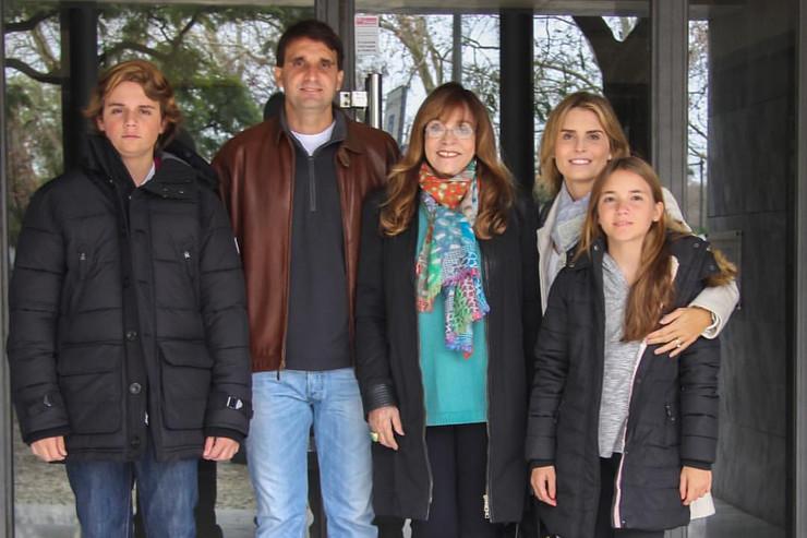 Глория с внуками и единственным сыном