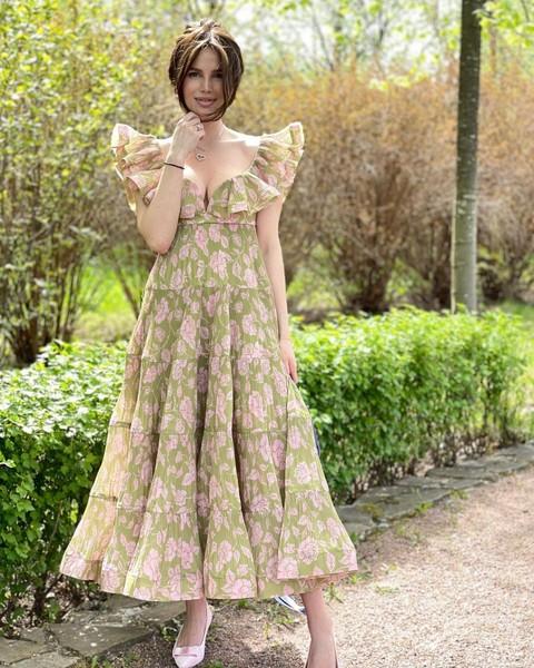 Платье с воланами сделало плечи Алексы широкими