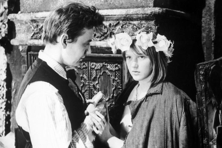 Во время съемок фильма «Гори, гори, моя звезда» актриса влюбилась в Олега Табакова