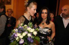 Заклятые подружки Ксения Собчак и Тина Канделаки повторили легендарный поцелуй
