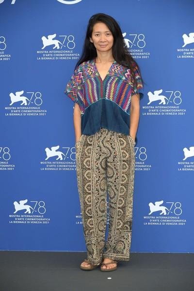Хлоя Чжао подобрала наряд явно не для дорожки культового кинофестиваля