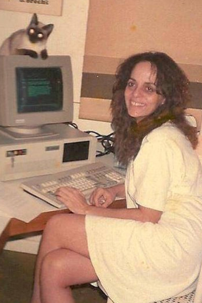Перес написала свой первый сценарий в 1983 году
