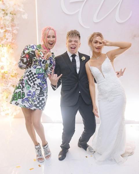 Клава Кока поздравила молодых с бракосочетанием