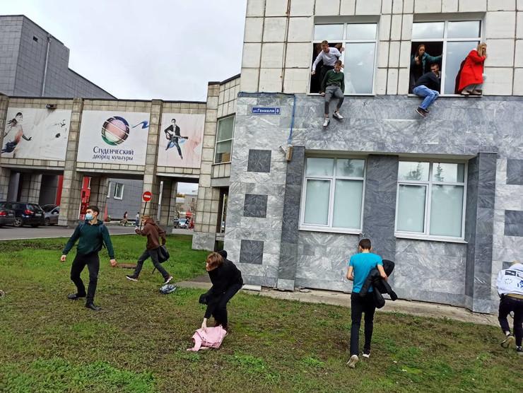 Студенты были вынуждены прыгать из окон аудитории, чтобы спасти свои жизни