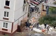 Спасатель выносит ребенка из дома в Ногинске после взрыва газа — видео