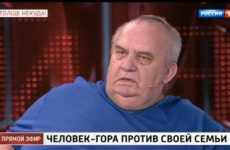 Ест кастрюлями и 10 лет живет без интима. Человек-гора из Ростовской области жалуется на ожирение