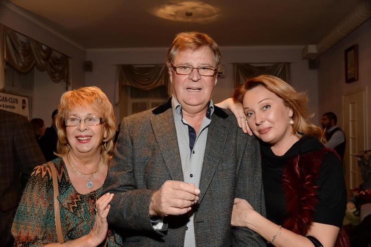 Жена и дочь во всем поддерживают актера. А внучка и вовсе пошла по его стопам