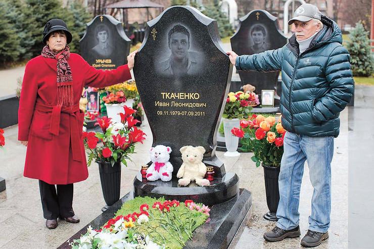 Родители спортсмена продолжают ухаживать за могилой и увековечивать память сына