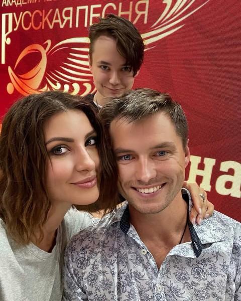 Андрей живет с отцом и актрисой. Общаться с матерью он не желает