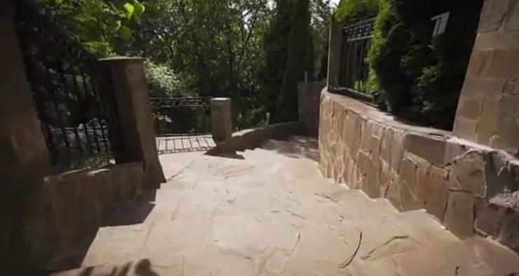 Лестница, ведущая к лебединому озеру